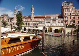 ホテル専用のwooden boat